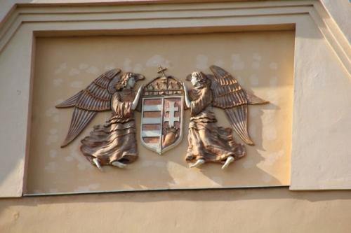"2013. Stema Ungariei pe fațada Liceului ""Salamon Erno"" din Gheorgheni"
