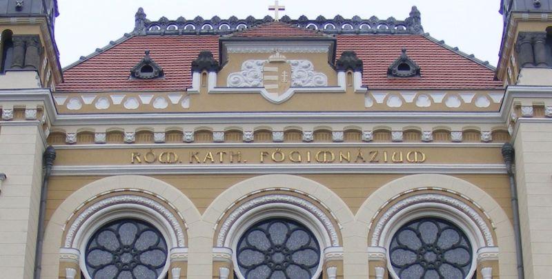"""2013. Detaliu de pe fațada Liceului """"Marton Aron"""" cu stema Ungariei"""