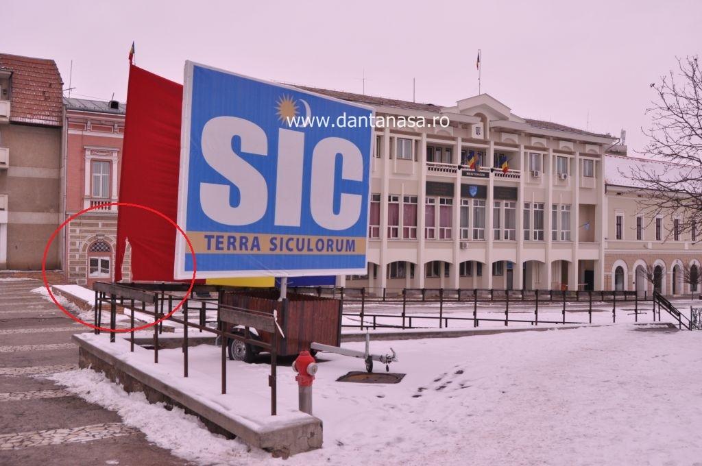 Drapelul României din fața Prefecturii Covasna a fost vandalizat în noaptea de 26/27 ianuarie 2013 (FOTO: Dan Tanasă)