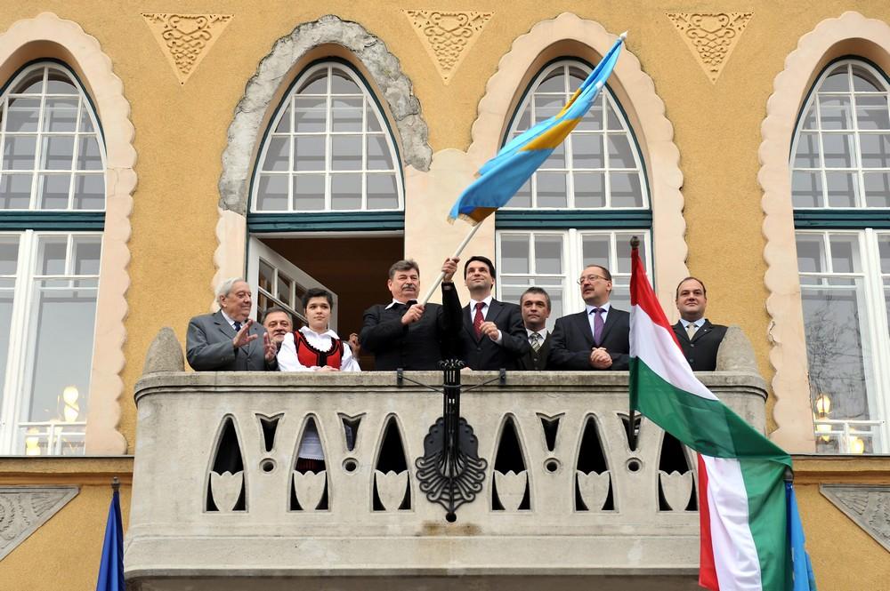 Așa-zisul drapel secuiesc a fost arborat azi pe clădirea primăriei din Budafok-Tétény, în sectorul 22 al Budapestei.