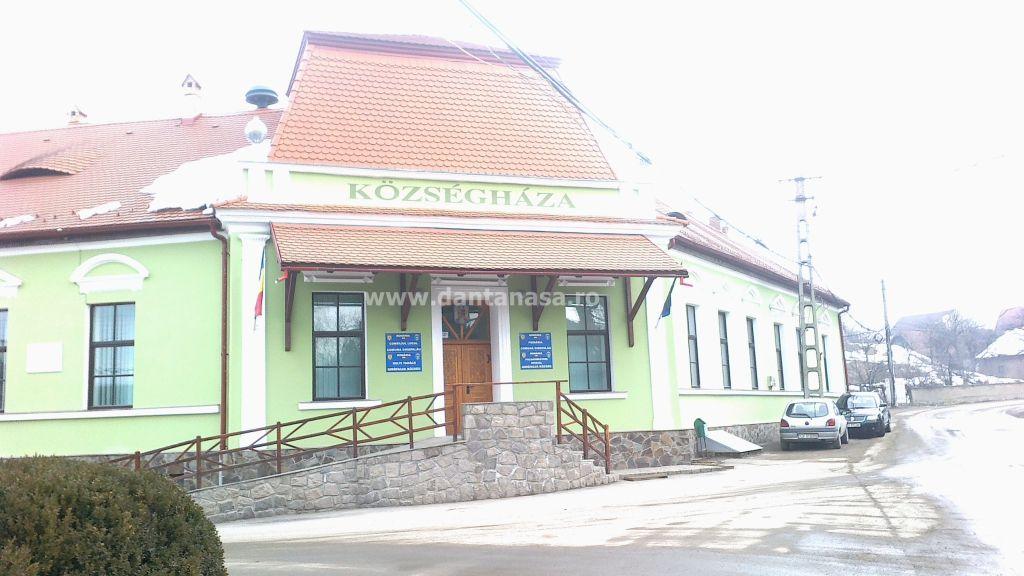 Inscripție exclusiv în limba maghiară pe fațada Primăriei Ghidfalău, jud. Covasna