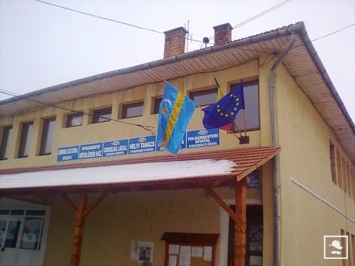 Drapelul secuiesc arborat pe sediul Primăriei Eremitu, jud. Mureș