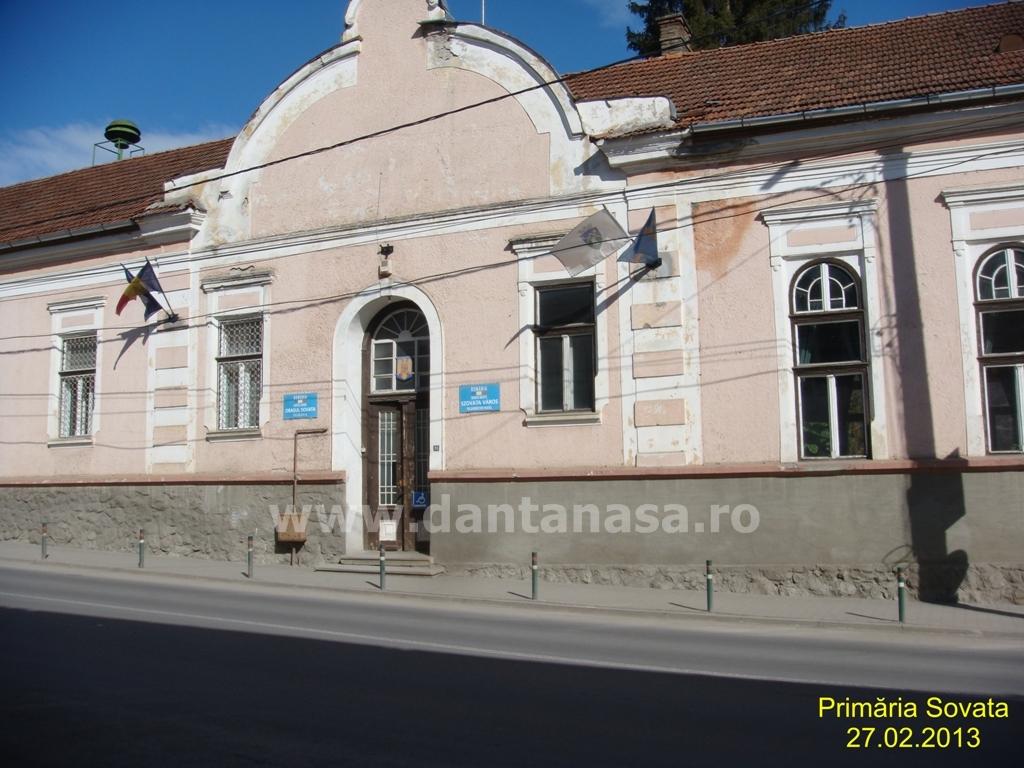 Steagul secuiesc arborat pe sediul Primăriei Sovata.