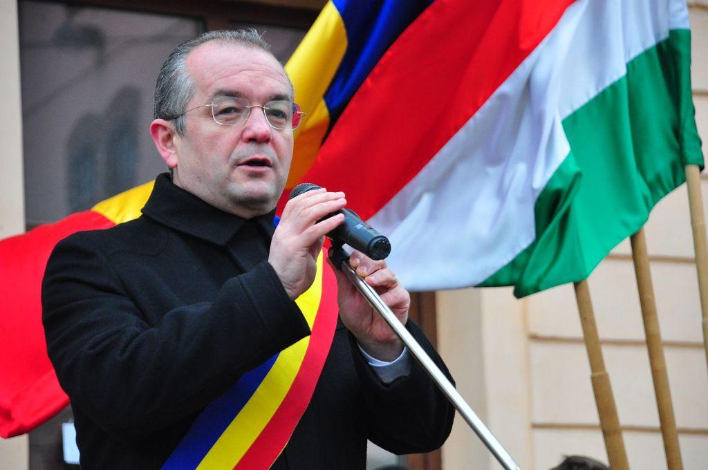 15 martie 2013. Primarul Emil Boc participă la ceremoniile publice din Cluj-Napoca purtând eșarfa tricoloră, conform legii.