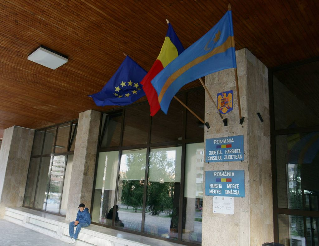 Steagul secuiesc arborat la intrarea în sediul Consiliului Județean Harghita