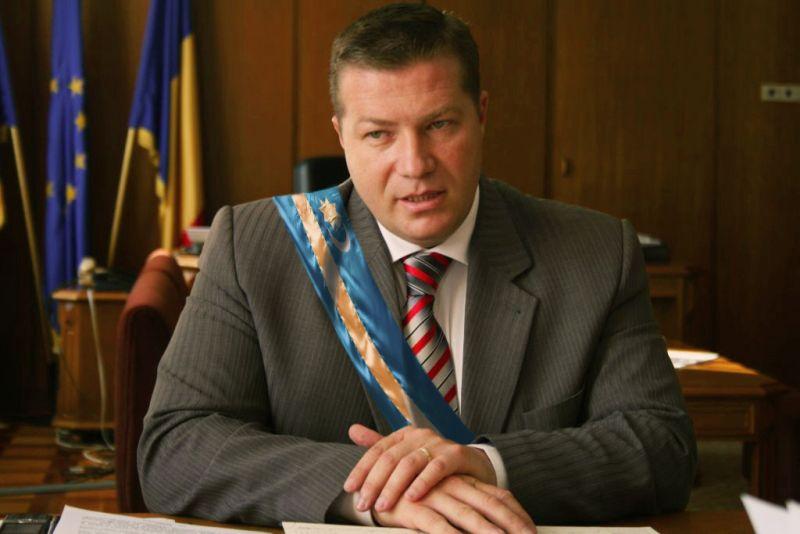 Prefectul Jean-Adrian-Andrei refuză să aplice prevederile legale în cazul steagului secuiesc (foto editată)