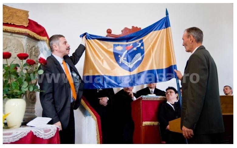 Președintele CJ Covasna, UDMR-istul Tamas Sandor, și steagul județului Covasna, similar steagului secuiesc