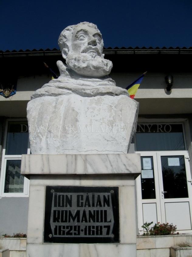 """Bustul lui Ioan Căianu din curtea Grupului Școlar """"Ioan Căian Românul"""", Căianu Mic, jud. Bistrița Năsăud"""