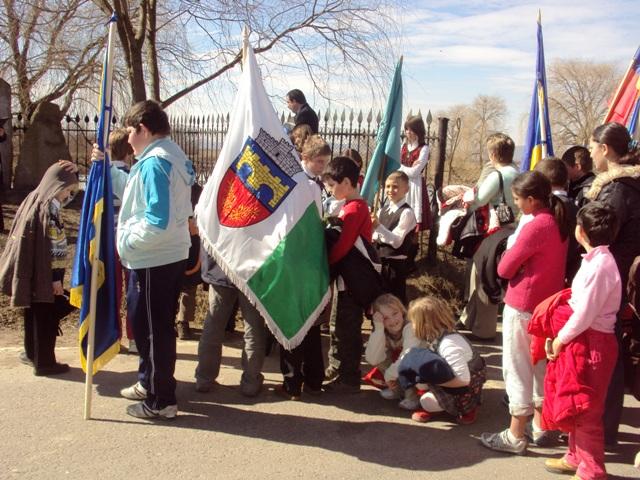 15 martie 2011. Copii cu steagul comunei Chichiș de Ziua maghiarilor de pretutindeni (FOTO: chichis.ro)