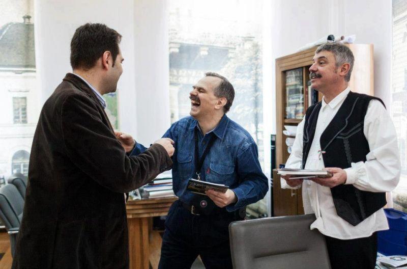 Valentin Stan, în mijloc, învață de la UDMR-iștii Antal Arpad și Tamas Sandor cum să râdă secuiesc.