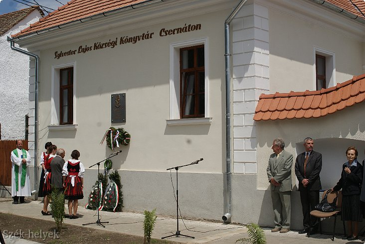 Biblioteca comunală din Cernat, inaugurată recent. Instituția publică de cultură se află în România, nu în Ungaria, după cum am putea crede având în vedere inscripția exclusiv în limba maghiară (FOTO: kezdi.ro)
