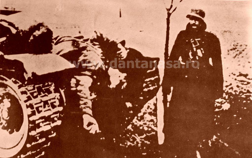Treznea, 9 septembrie 1940. Un honved ungur a pus pe carul de luptă trofeul său - un țăran român ucis