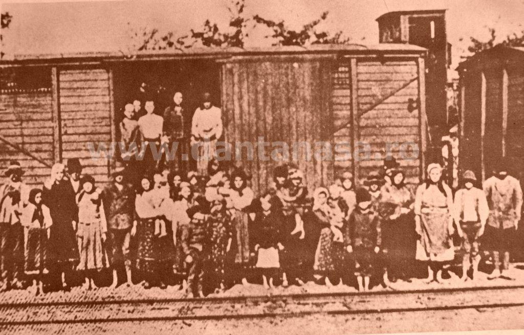 Septembrie 1940. Familii de români din Transilvania ocupată de Ungaria epulzați în vagoane de vite.