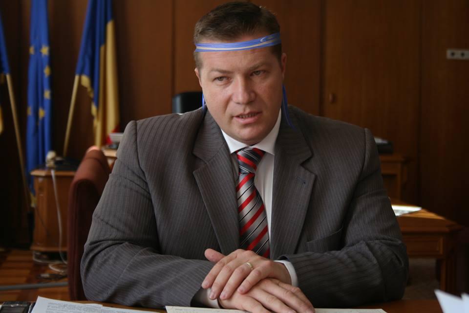 Prefectul Jean-Adrian Andrei, garantul arborării steagului secuiesc pe clădirile publice din județul Harghita (foto editată)