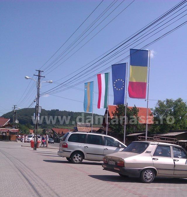 Drapelul Ungariei era arborat în mod permanent în fața Primăriei Corund.