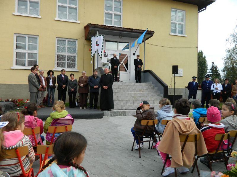 Festivitate de deschidere a anului școlar la Joseni: fără drapelul României, fără stema României și cu steagul secuiesc.