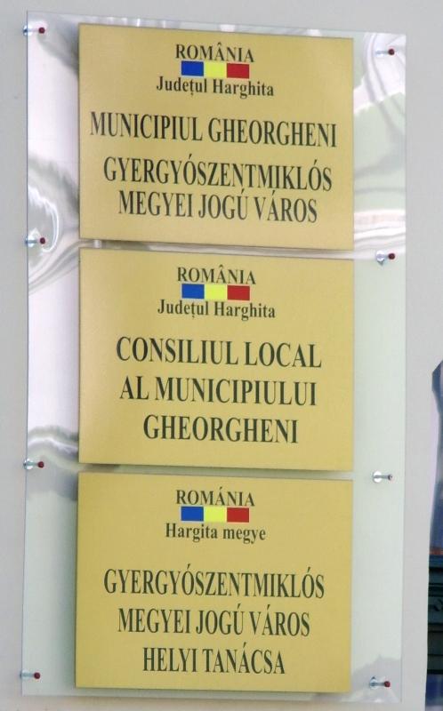 Primarul din Gheorgheni încălca două legi prin afișarea acestor plăcuțe cu denumirea instituției