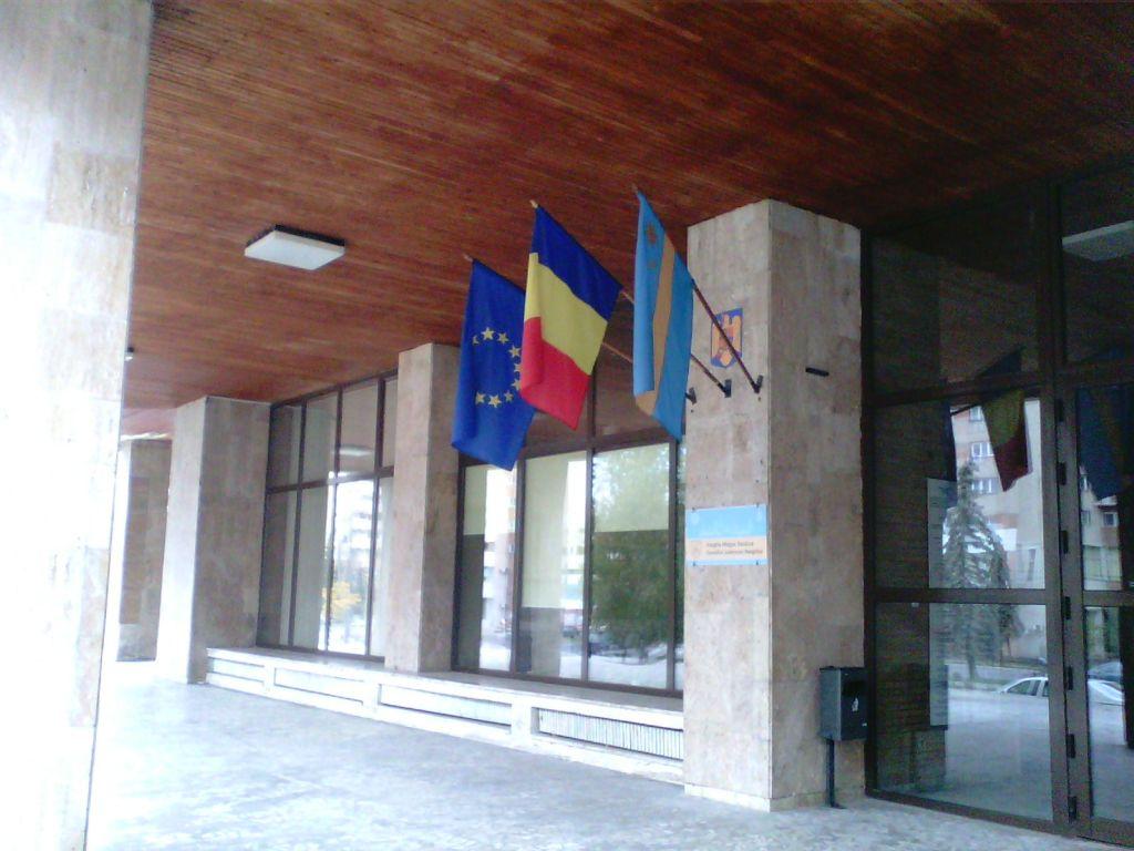 29 septembrie 2013, Miercurea Ciuc. Steagul județului Harghita, identic cu cel secuiesc, este arborat pe sediul CJ Harghita, deși nu mai are o bază legală de mai bine un an. (FOTO: Viorica Joița)