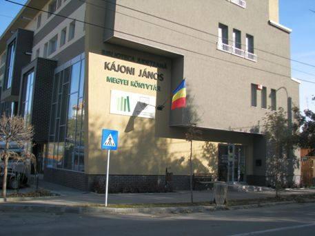 Biblioteca Judeţeană Kajoni Janos a arborat drapelul României