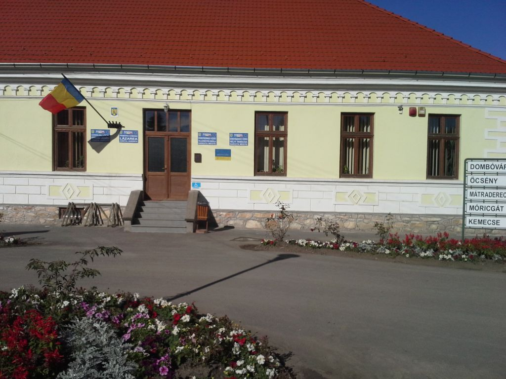 26 septembrie 2013. Plăcuțele cu denumirea instituției continuă să fie așezate  nelegal pe fațada clădirii Primăriei Lăzarea