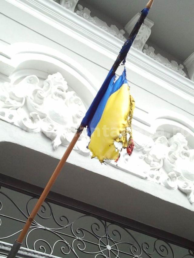 Drapelul României incendiat a stat arborat pe fațada unui imobil din Târgu Mureș aproape o lună