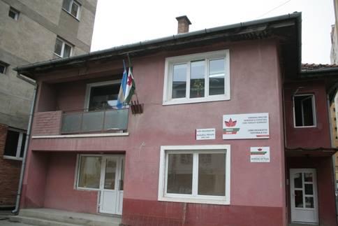 Sediul UDMR Harghita din Miercurea Ciuc, fără drapelul României de peste patru ani. (FOTO: informatiahr.ro)