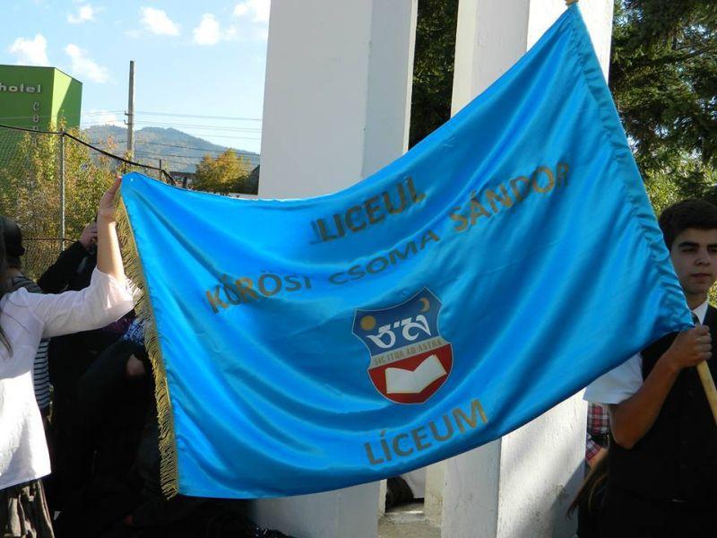 Noul steag al Liceului Korosi Csoma Sandor, lansat în luna octombrie 2013, imită steagul secuiesc