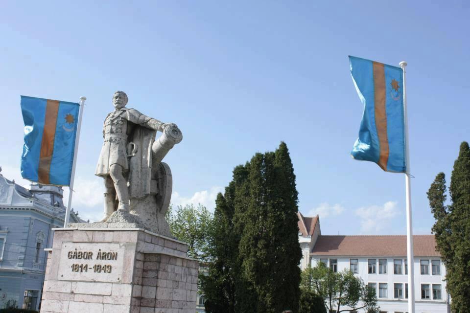 Steagul secuiesc arborat în piața centrală din Târgu Secuiesc (FOTO: facebook.com)