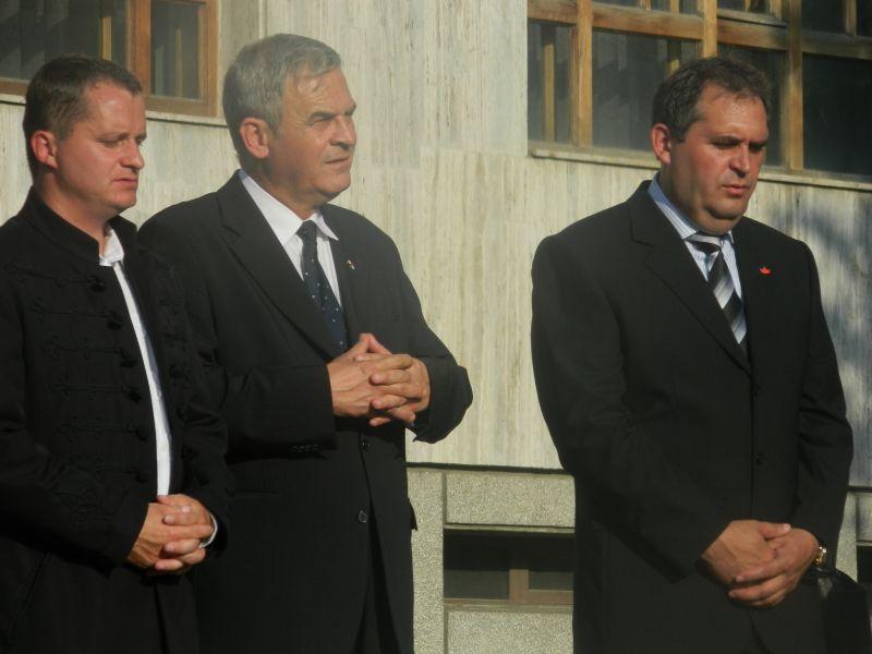 4 iunie 2012, Gheorgheni. Primarul din Gheorgheni, Mezei János (primul din stânga) alături de Laszlo Tokes și consilierul județean Bende Sandor (UDMR) comemorând Tratatul de la Trianon. (FOTO: bendesandor.wordpress.com)