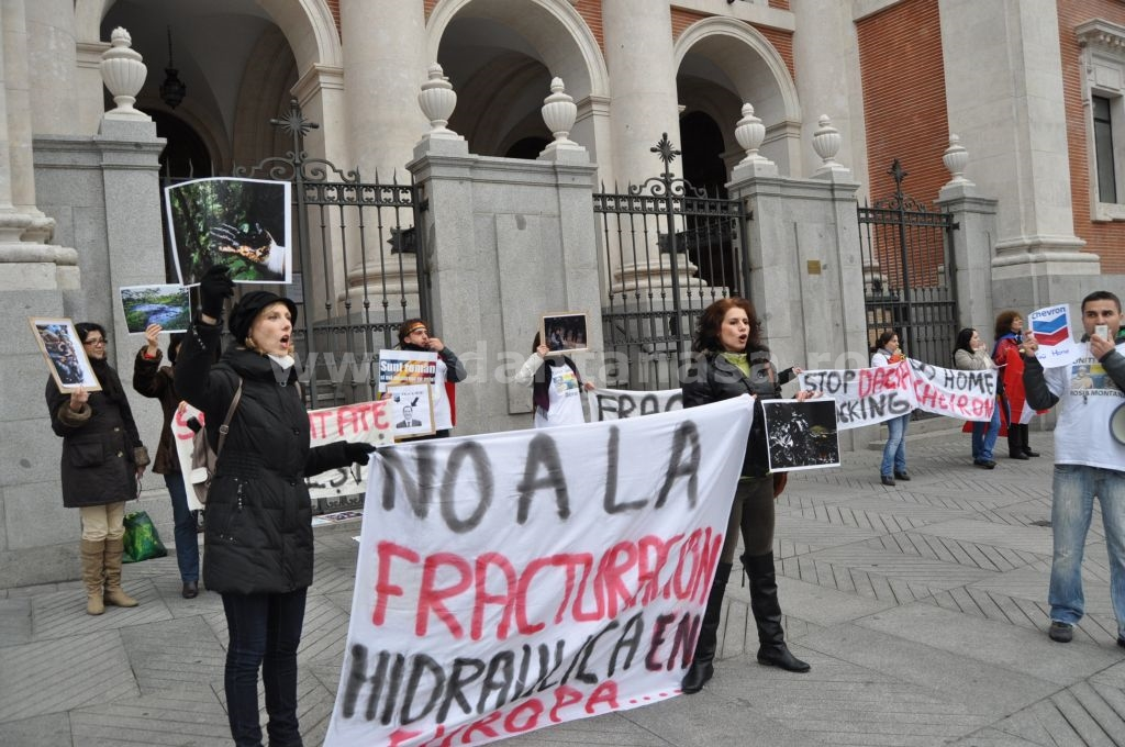 Romanian activists protest outside US Embassy in Madrid on January 5, 2014