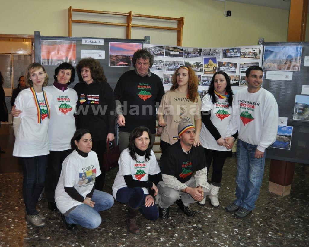 """O parte a grupului """"Salvemos Roșia Montană - Madrid"""" prezenți la manifestare (FOTO: Dan Tanasă)"""