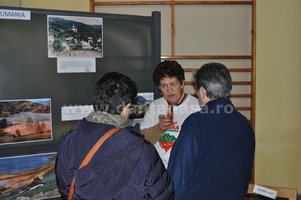 """Mihaela Preduchin, membră a grupului """"Salvemos Roșia Montană - Madrid"""" explică unui grup de participanți problematica proiectului minier de la Roșia Montană (FOTO: Dan Tanasă)"""