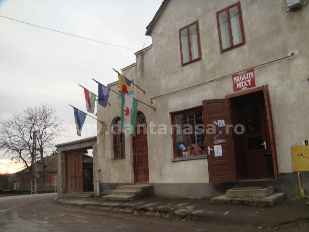 20 ianuarie 2014. Drapelul Ungariei stă arborat pe sediul UDMR din Sângeorgiu de Pădure