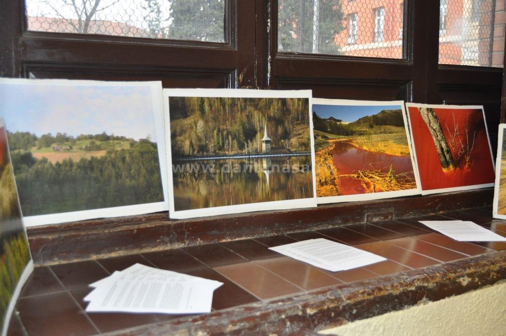 Pe parcursul dezbaterilor au fost expuse fotografii despre zona Roșia Montană, Roșia Poieni și Certej. (FOTO: Dan Tanasă)