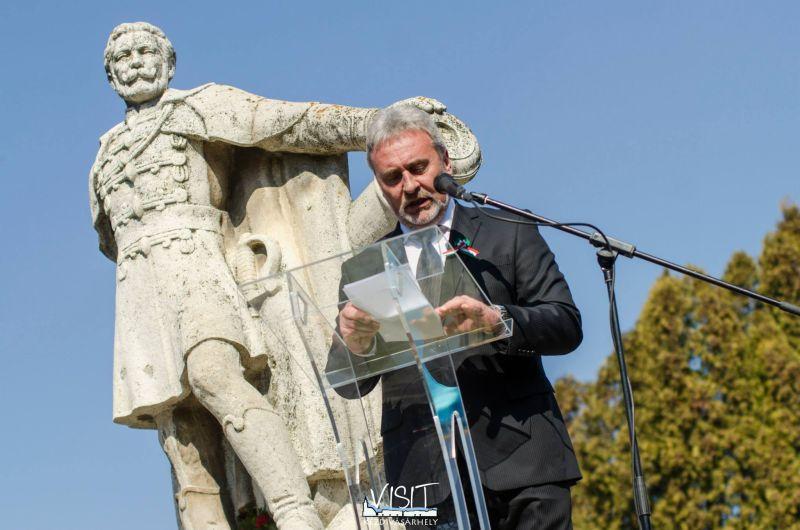 Primarul UDMR din Târgu Secuiesc la manifestările de 15 martie 2014 (FOTO: facebook.com)