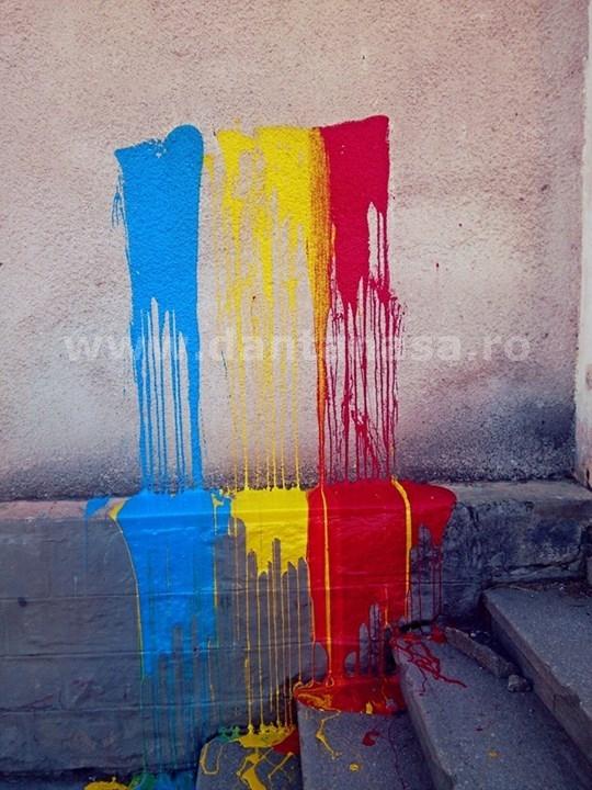 Culorile drapelului României au fost vopsite pe zidul Liceului Korosi Csoma Sandor din Covasna