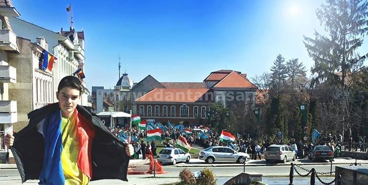 Gestul lui Cosmin de a se fotografia cu drapelul României pe 15 martie a stârnit furia maghiarilor care l-au amenințat cu moartea (FOTO: facebook.com)
