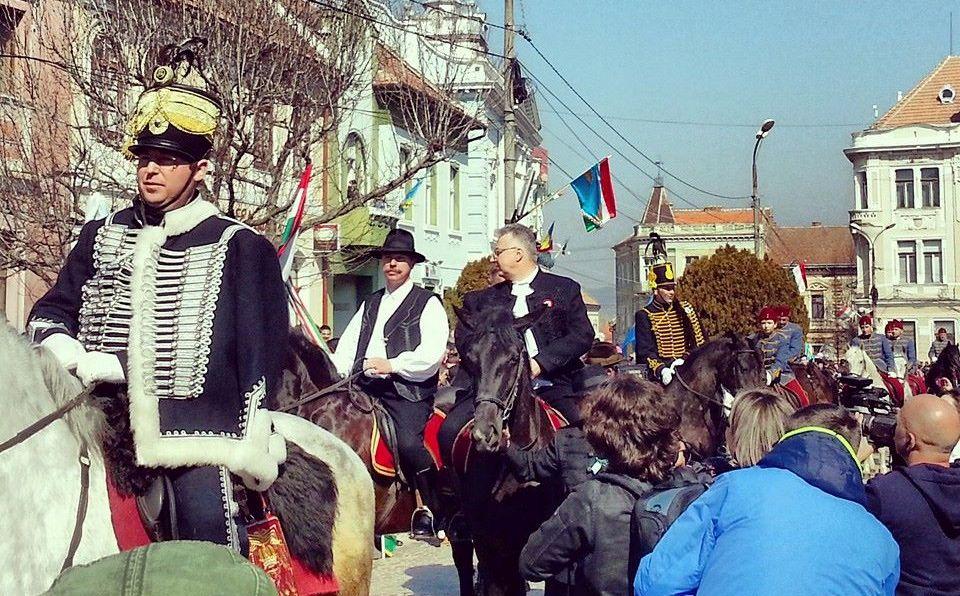 15 martie 2014, Târgu Secuiesc. Husari călare la parada de Ziua maghiarilor de pretutindeni. În plan secund vicepremierul Ungariei și președintele CJ Covasna (FOTO: Hodor Levente/facebook.com)