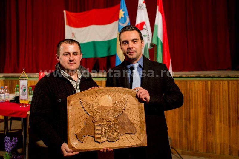Vona Gabor cu harta Ungariei Mari (FOTO: facebook.com)