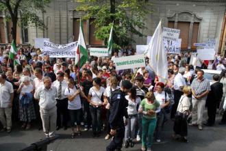 """NU NE LĂSĂM ŞCOLILE! În 2009, sute de profesori şi elevi maghiari din tot judeţul au protestat în faţa Inspectoratului Şcolar cerând să li se respecte dreptul la educaţie în limba maghiară. Afişând mesaje precum """"Nu ne lăsăm şcolile!"""" sau """"Viitor mai bun pentru copiii noştri"""", protestatarii n-au vorbit şi despre obligaţia lor, măcar morală, de a-i învăţa pe copiii maghiari, spre binele lor, limba naţională..."""
