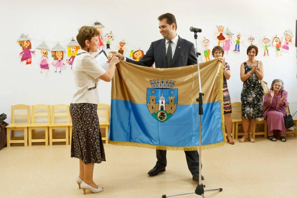 Primarul Antal Arpad și steagul secuiesc al municipiului Sfântu Gheorghe (FOTO: facebook.com)