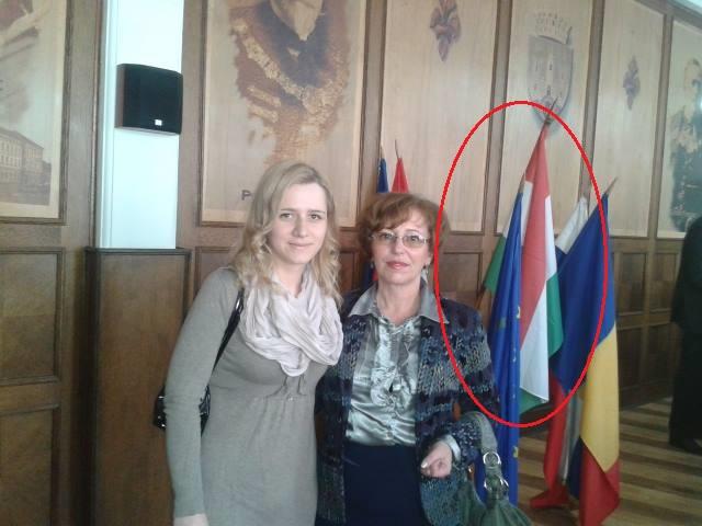 Corina Bote și  Marilena Profiroiu, membre PNL, se pozeză cu drapelul Ungariei arborat permanent în sala d ședințe a CL Sfântu Gheorghe (FOTO: facebook.com)