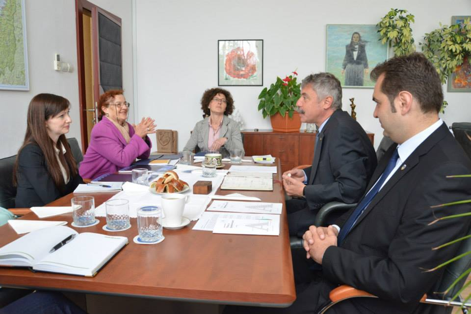 Kendra Pace la discuții cu Antal Arpad și Tamas Sandor (FOTO: facebook.com)
