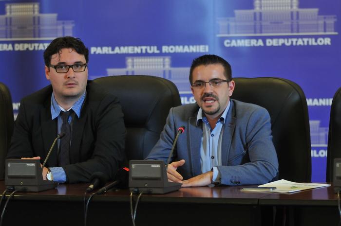 Deputul Bogdan Diaconu și subsemnatul la conferința de presă în care a fost anunțată o propunere legislativă împotriva extremismului maghiar (FOTO: Florin Eșanu)