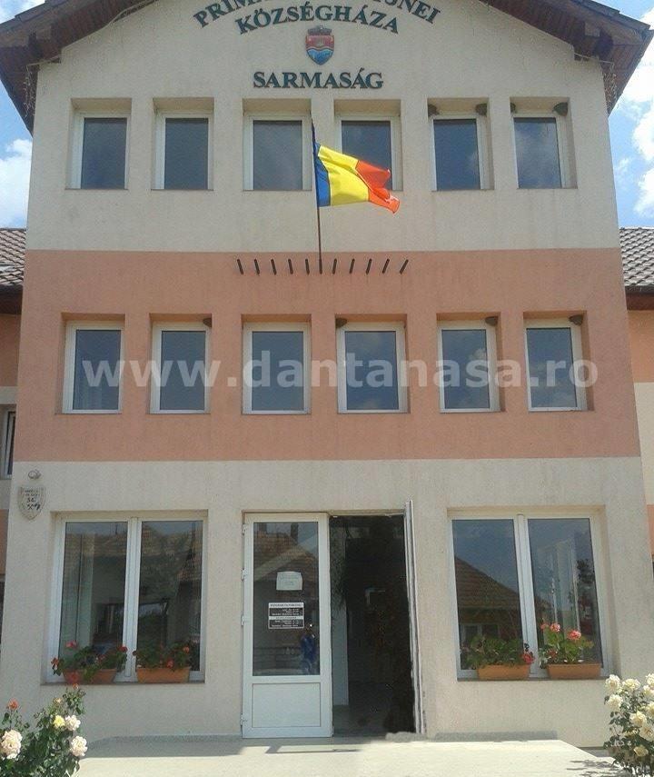 Primăria comunei Sămărșag, jud. Sălaj, pare mai degrabă o instituție publică din Ungaria (FOTO: facebook.com)