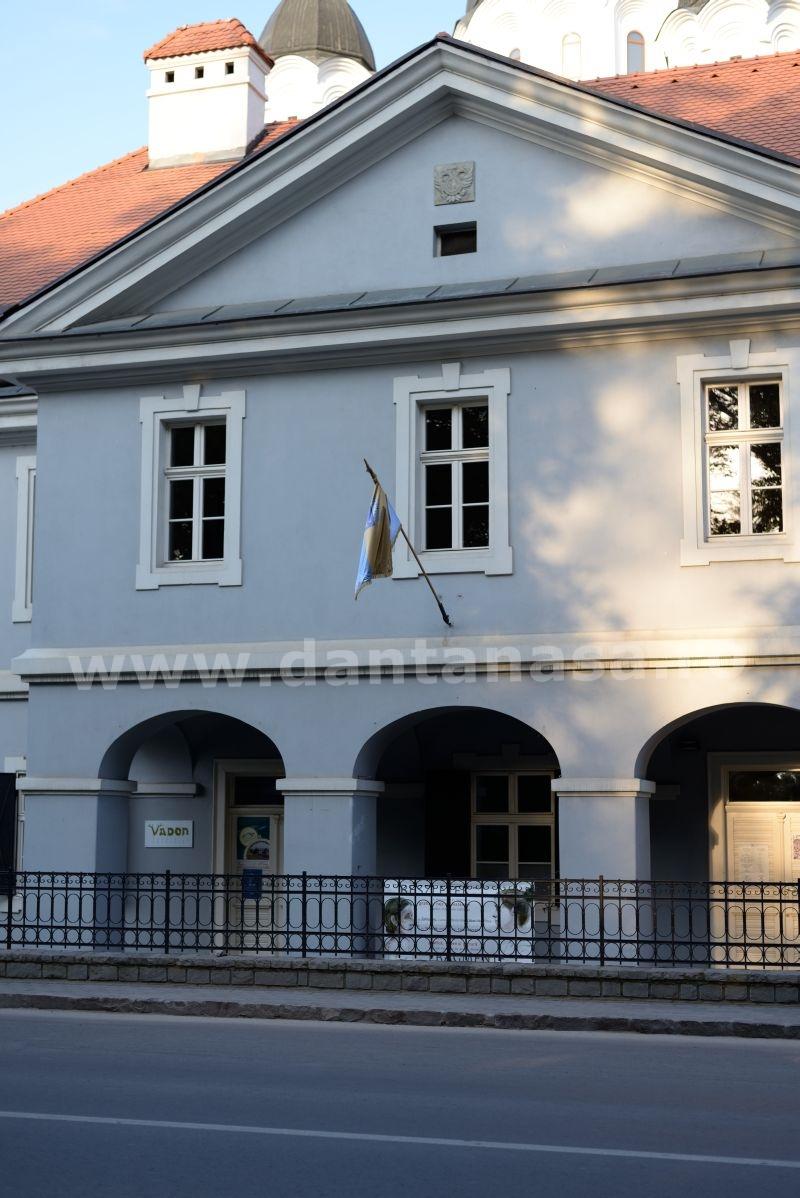 28 iunie 2014. Drapelul României nu este arborat pe Casa cu Arcade. Singurl steag arborat este cel al municipiului Sfântu Gheorghe, anulat de Tribunalul Covasna.