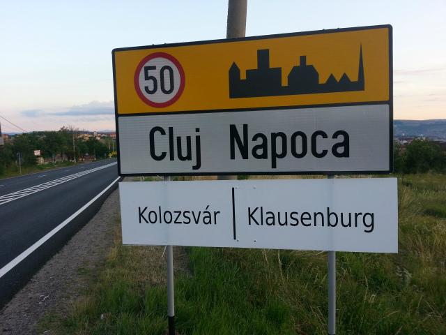 27 iunie 2014. O plăcuță în limbile maghiară și germană a fost amplasată la intrarea în municipiul Cluj Napoca (FOTO: szeretlekkolozsvar.ro)