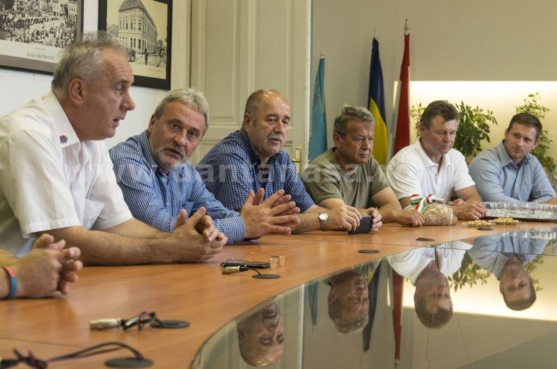 18 iulie 2014. În sala de ședințe a Primăriei Târgu Secuiesc stau arborate steagul secuiesc și drapelul Ungariei (FOTO: kezdi.ro)