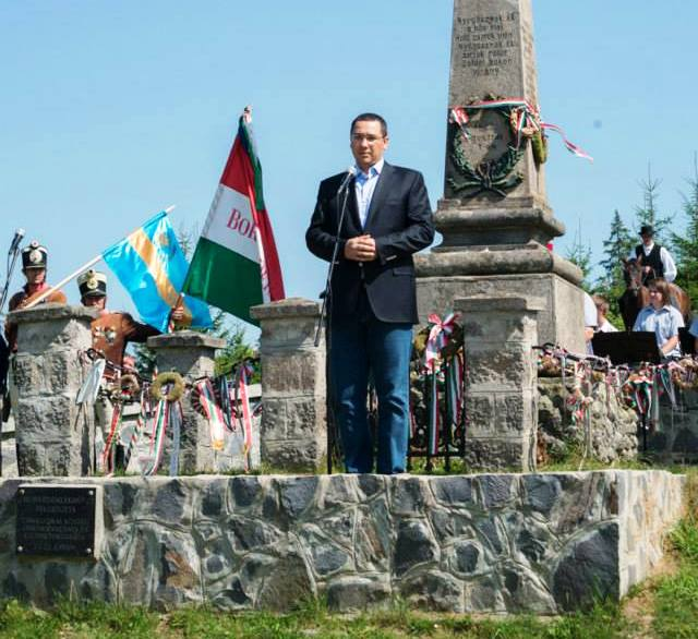 3 august 2014, Harghita. Premierul Victor Ponta participă la manifestările comemorative prilejuite de împlinirea a 165 de ani de la bătălia din Pasul Cașin (FOTO: facebook.com)