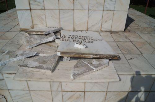 Bustul lui Avram Iancu din Carei a fost vandalizat (FOTO: buletindecarei.ro)